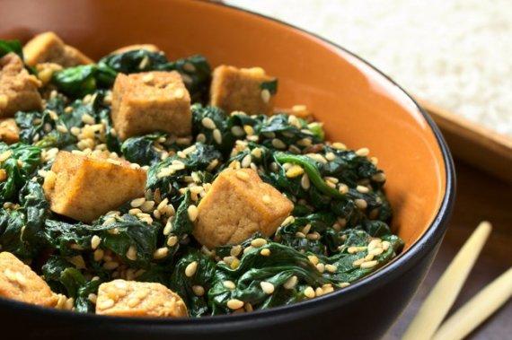 4- Dados de tofu con espinacas y sésamo