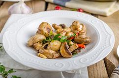 1- ensalada-fresca-de-la-seta-con-los-chiles-y-las-hierbas-60569552
