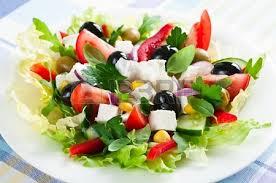 1- Ensalada variada tomate olivas negras queso