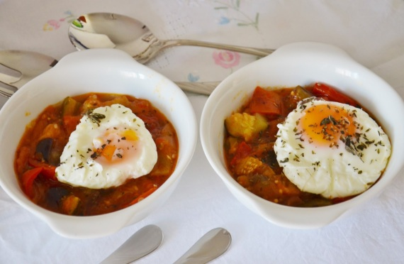 4-huevos-escalfados-con-pisto-para-tajine-de-huevos-con-tomate