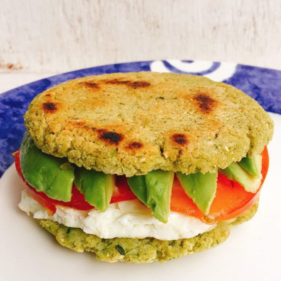 5-arepas-tomate-aguacate-queso