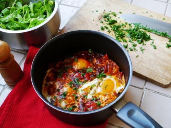 huevos-al-plato-con-pimientos-huevada